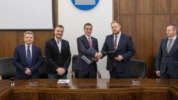 Руководство предприятия общественного транспорта Daugavpils satiksme и представители литовской компании UAB Railvec подписали договор о приобретении Даугавпилсом новых трамваев - Sputnik Latvija