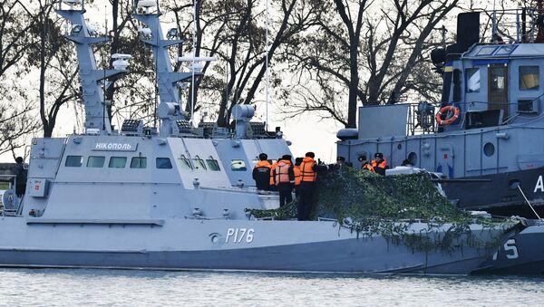 Задержанные украинские корабли доставлены в порт Керчи - Sputnik Latvija