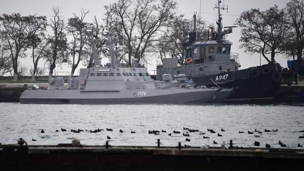 Задержанные украинские корабли доставлены в порт Керчи - Sputnik Латвия
