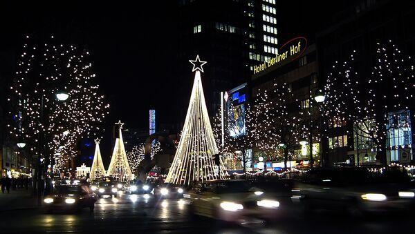 Главная торговая улица Берлина – Курфюрстен штрассе в преддверии Рождества освещена множеством огней. - Sputnik Латвия