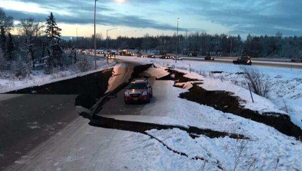 Первые моменты землетрясения на Аляске. Съемки очевидцев - Sputnik Латвия