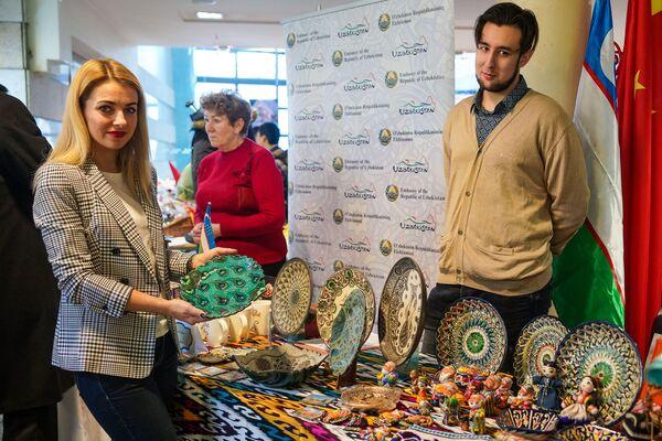 На стенде Узбекистана. Благотворительная рождественская ярмарка в Рижской думе  - Sputnik Латвия