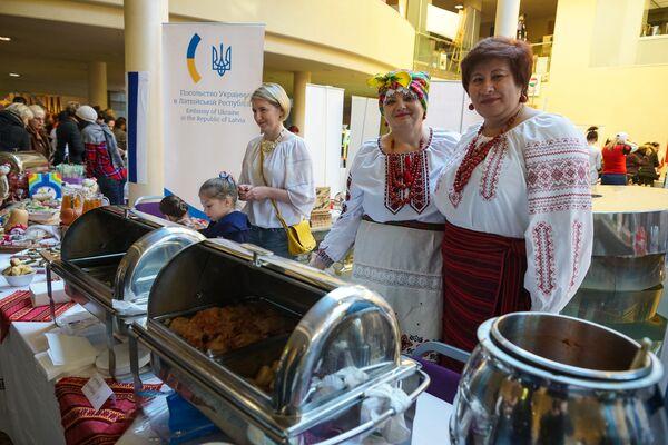 Стенд посольства Украины на благотворительной рождественской ярмарке в Рижской думе  - Sputnik Латвия