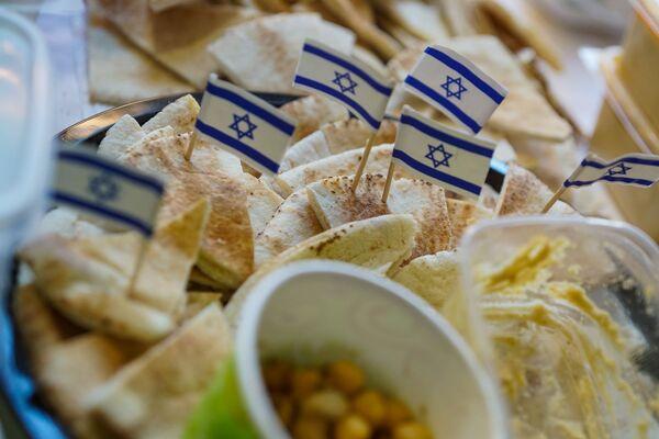 На стенде Израиля. Благотворительная рождественская ярмарка в Рижской думе  - Sputnik Латвия