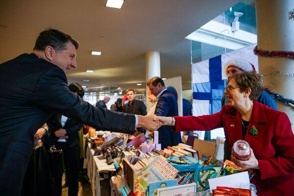 Раймондс Вейонис и посол США Ненси Петит. Благотворительная рождественская ярмарка в Рижской думе  - Sputnik Латвия