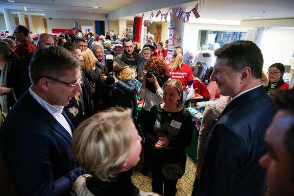 Нил Ушаков и Раймондс Вейонис. Благотворительная рождественская ярмарка в Рижской думе  - Sputnik Латвия