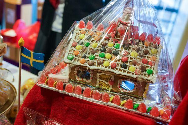 Имбирный домик. Благотворительная рождественская ярмарка в Рижской думе  - Sputnik Латвия