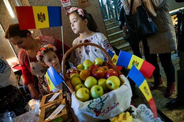 Стенд Молдавии. Благотворительная рождественская ярмарка в Рижской думе  - Sputnik Латвия