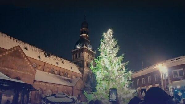 На Домской площади зажгли рождественскую елку! - Sputnik Латвия