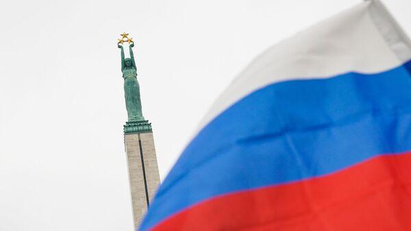 Флаг России на фоне памятника Свободы - Sputnik Латвия