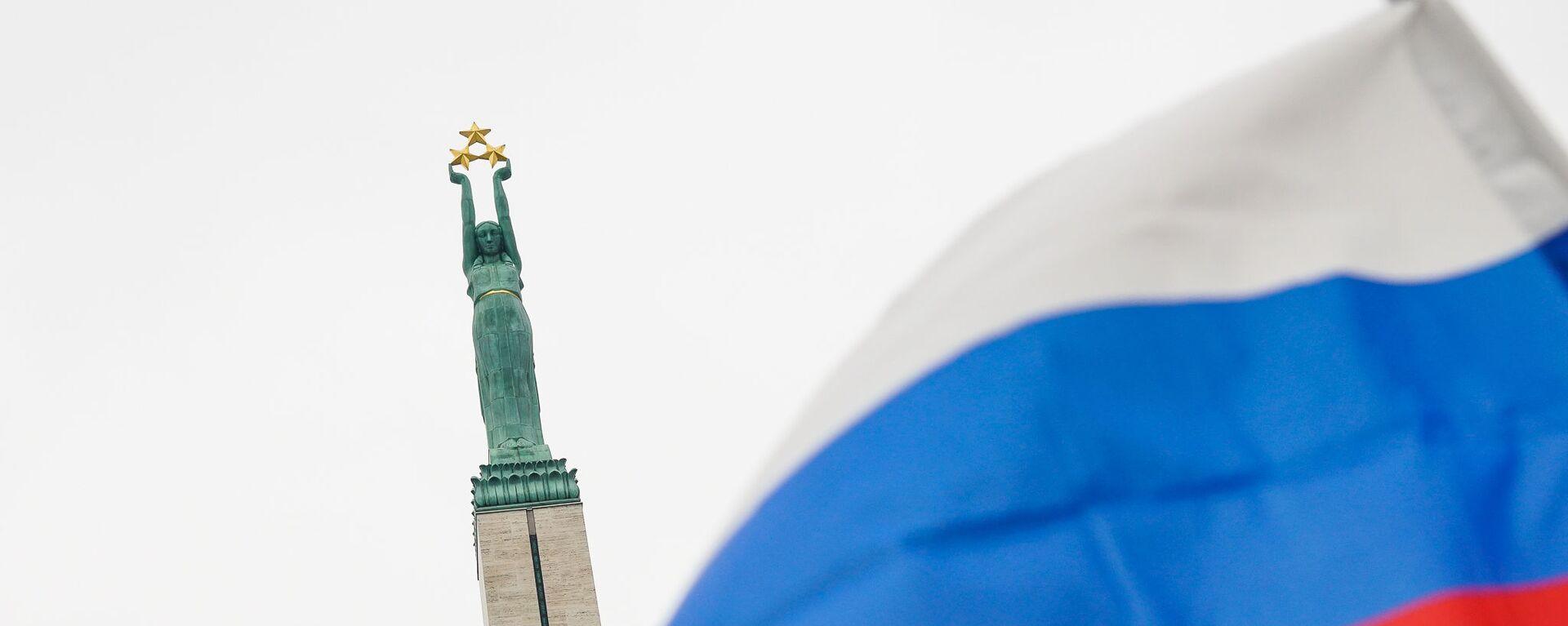 Флаг России на фоне памятника Свободы - Sputnik Латвия, 1920, 07.07.2021