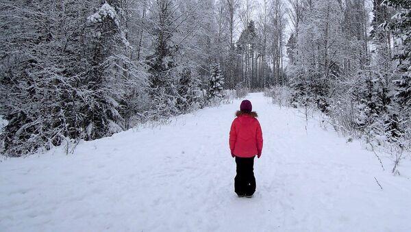 Ребенок на лесной дороге - Sputnik Латвия