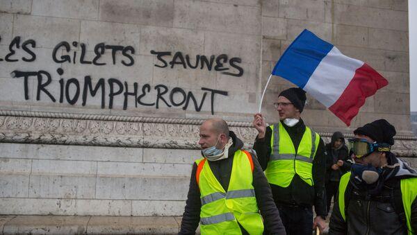 Акция протеста желтых жилетов в Париже - Sputnik Latvija