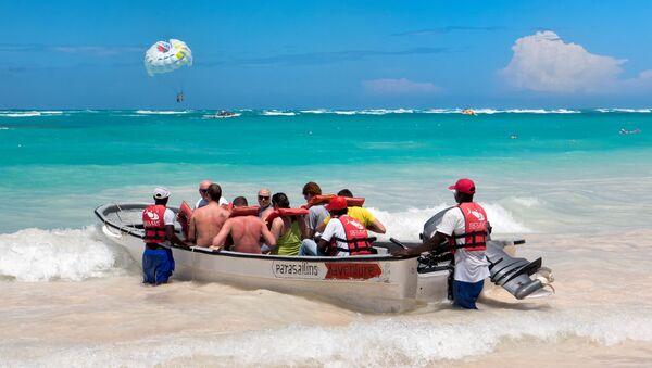 Туристы в лодке на пляже в Доминикане - Sputnik Латвия