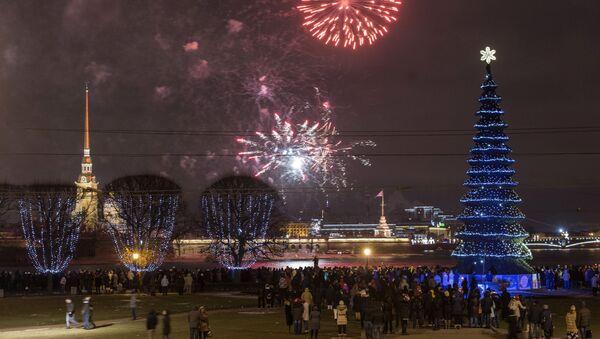 Праздничный салют над Петропавловской крепостью в Санкт-Петербурге - Sputnik Latvija