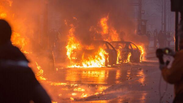 Акция протеста автомобилистов жёлтые жилеты в Париже - Sputnik Латвия