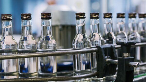 Цех розлива готовой продукции на российском предприятии по производству водки, архивное фото - Sputnik Latvija