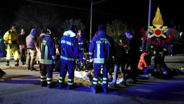 Сотрудники службы спасения оказывают помощь пострадавшим во время давки в клубе Lanterna Azzurra в итальянском городе Коринальдо - Sputnik Latvija