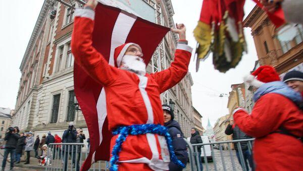 Благотворительный забег Дедов Морозов в Риге - Sputnik Латвия