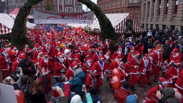 Сотни Санта-Клаусов устроили благотворительный забег в Риге - Sputnik Latvija