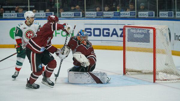 Вратарь Динамо (Рига) Кристерс Гудлевскис провожает взглядом пропущенную в свои ворота шайбу  - Sputnik Латвия