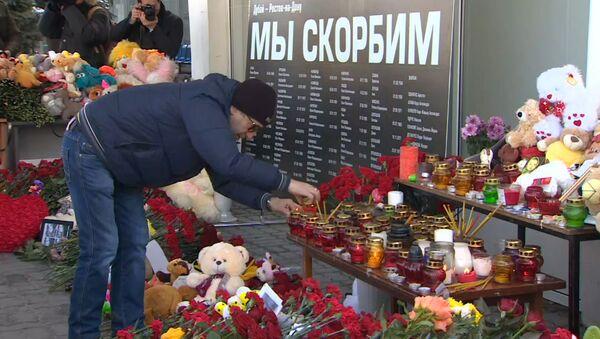 Мы скорбим – россияне и украинцы почтили память жертв крушения Boeing 737-800 - Sputnik Латвия