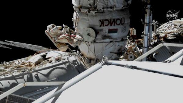 Операция космонавтов по обследованию обшивки Союза МС-09 - Sputnik Latvija