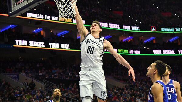 Латвийский форвард Бруклин Нетс РодионКуруц в матче чемпионата НБА против Филадельфии - Sputnik Латвия
