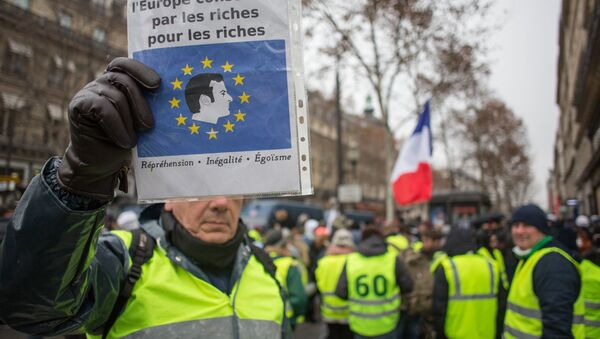 Акция протеста автомобилистов жёлтые жилеты в Париже - Sputnik Latvija