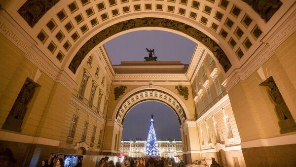 Главная новогодняя елка на Дворцовой площади в Санкт-Петербурге - Sputnik Латвия