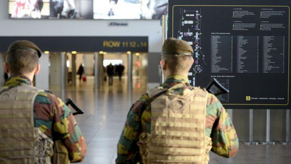 Солдаты военной полиции в аэропорту Завентем в Брюсселе - Sputnik Латвия