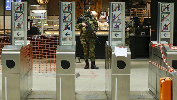 Бельгийский солдат на станции метро в Брюсселе. Архивное фото - Sputnik Latvija