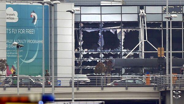 Разбитые окна в аэропорту в Брюсселе после взрывов - Sputnik Латвия