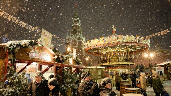 Посетители ярмарки на Красной площади - Sputnik Latvija