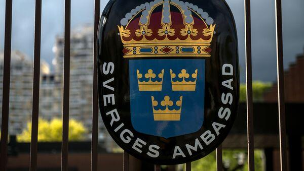 Герб Королевства Швеция в посольстве Швеции в РФ в Москве. - Sputnik Latvija