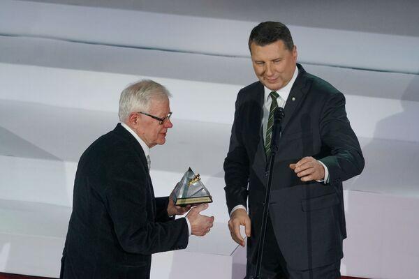 Президент Латвии Раймондс Вейонис вручает приз За вклад в развитие спорта Валдису Кузису на церемонии награждения самых успешных людей латвийского спорта по итогам 2018 года - Sputnik Латвия
