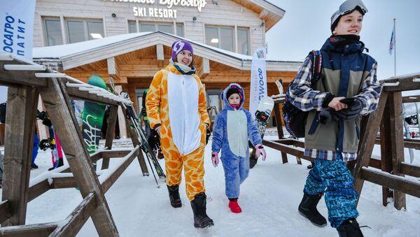 Отдыхающие на северном склоне горнолыжного комплекса Большой Вудъявр в городе Кировск Мурманской области - Sputnik Латвия