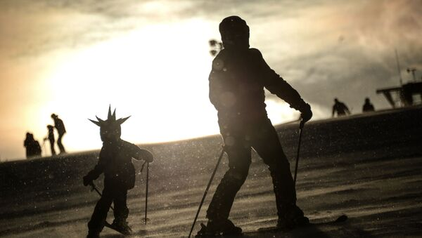 Отдыхающие на горнолыжном курорте Сорочаны в Московской области - Sputnik Латвия
