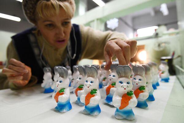 Eglīšu rotājumu izkrāsošana fabrikā Birjusinka Krasnojarskā - Sputnik Latvija