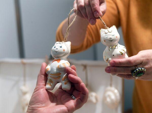 Stikla rotaļlietas Ziemassvētku gadatirgū Centrālajā Mākslinieka namā Maskavā - Sputnik Latvija