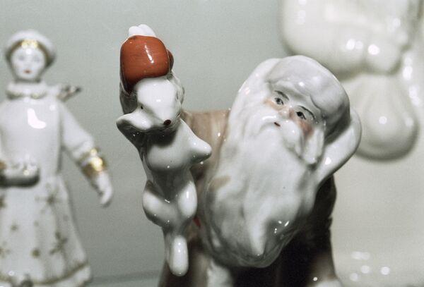 Salatētis un Sniegbaltīte eglīšu rotājumu izstādē Vēstures zaigojums eglītes bumbiņā Krievijas Dekoratīvi lietišķās mākslas muzejā - Sputnik Latvija