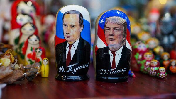 Матрешки в виде Владимира Путина и Дональда Трампа в сувенирном магазине в Риге - Sputnik Latvija