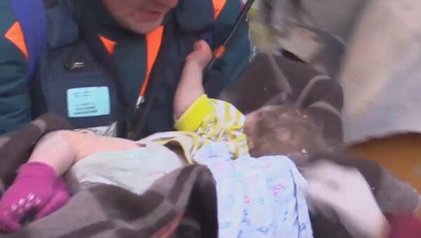 В Магнитогорске из-под завалов спасли 11-месячного малыша - Sputnik Латвия
