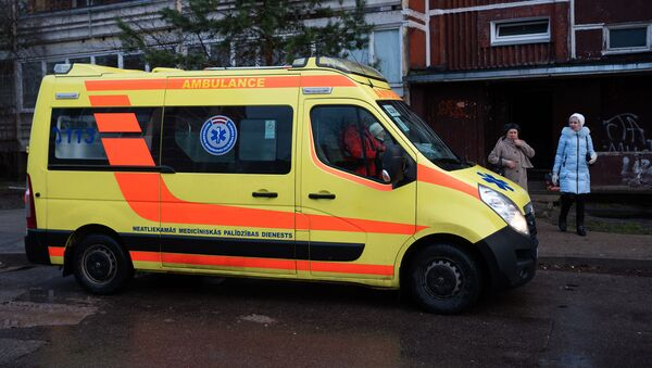 Машина скорой помощи рядом с пострадавшим от пожара домом в рижском микрорайоне Плявниеки - Sputnik Латвия