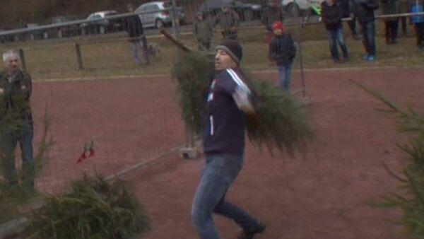 Метание рождественских елок - необычное развлечение жителей Германии - Sputnik Латвия