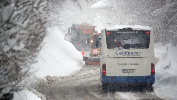Автобус на дороге после сильных снегопадов возле Иршенберга, Германия - Sputnik Латвия
