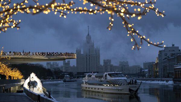 Парящий мост в парке Зарядье и туристический теплоход на Москве-реке - Sputnik Latvija