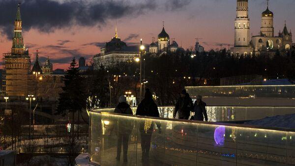 Посетители на Парящем мосту в природно-ландшафтном парке Зарядье в Москве - Sputnik Latvija