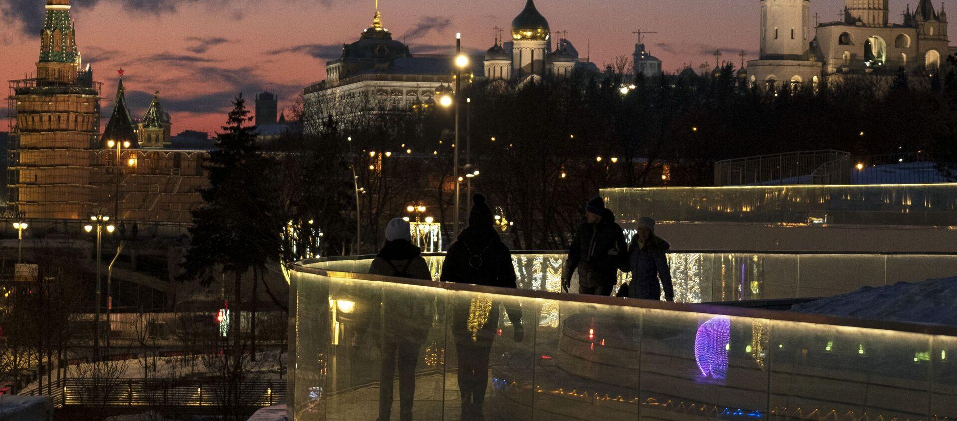 Посетители на Парящем мосту в природно-ландшафтном парке Зарядье в Москве - Sputnik Latvija, 1920, 13.02.2020
