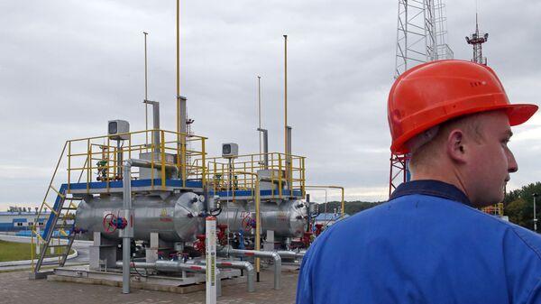 Рабочий на территории подземного хранилища газа компании Газпром - Sputnik Латвия